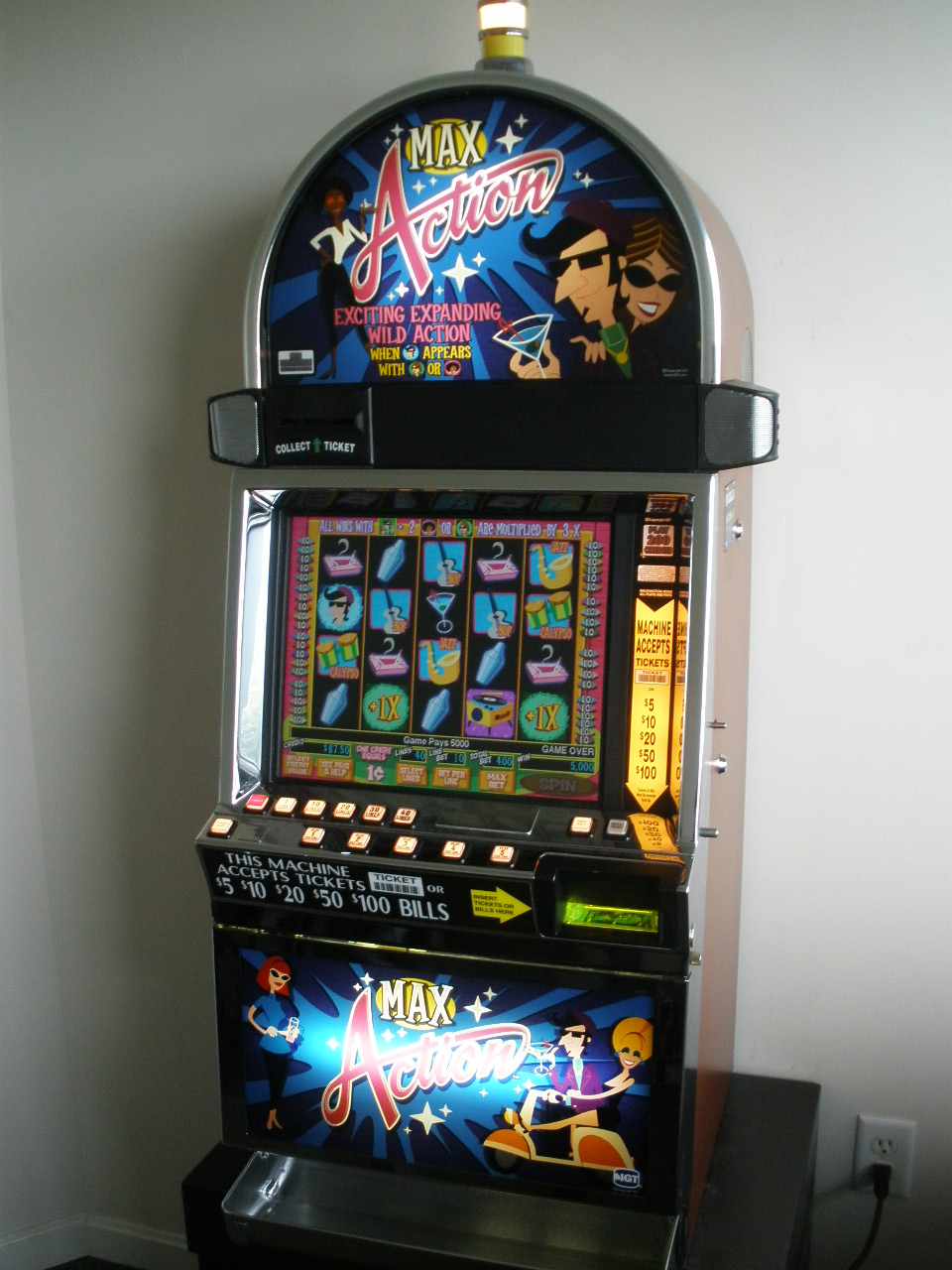 "IGT ""MAX ACTION"" I-GAME VIDEO SLOT MACHINE WITH LCD"