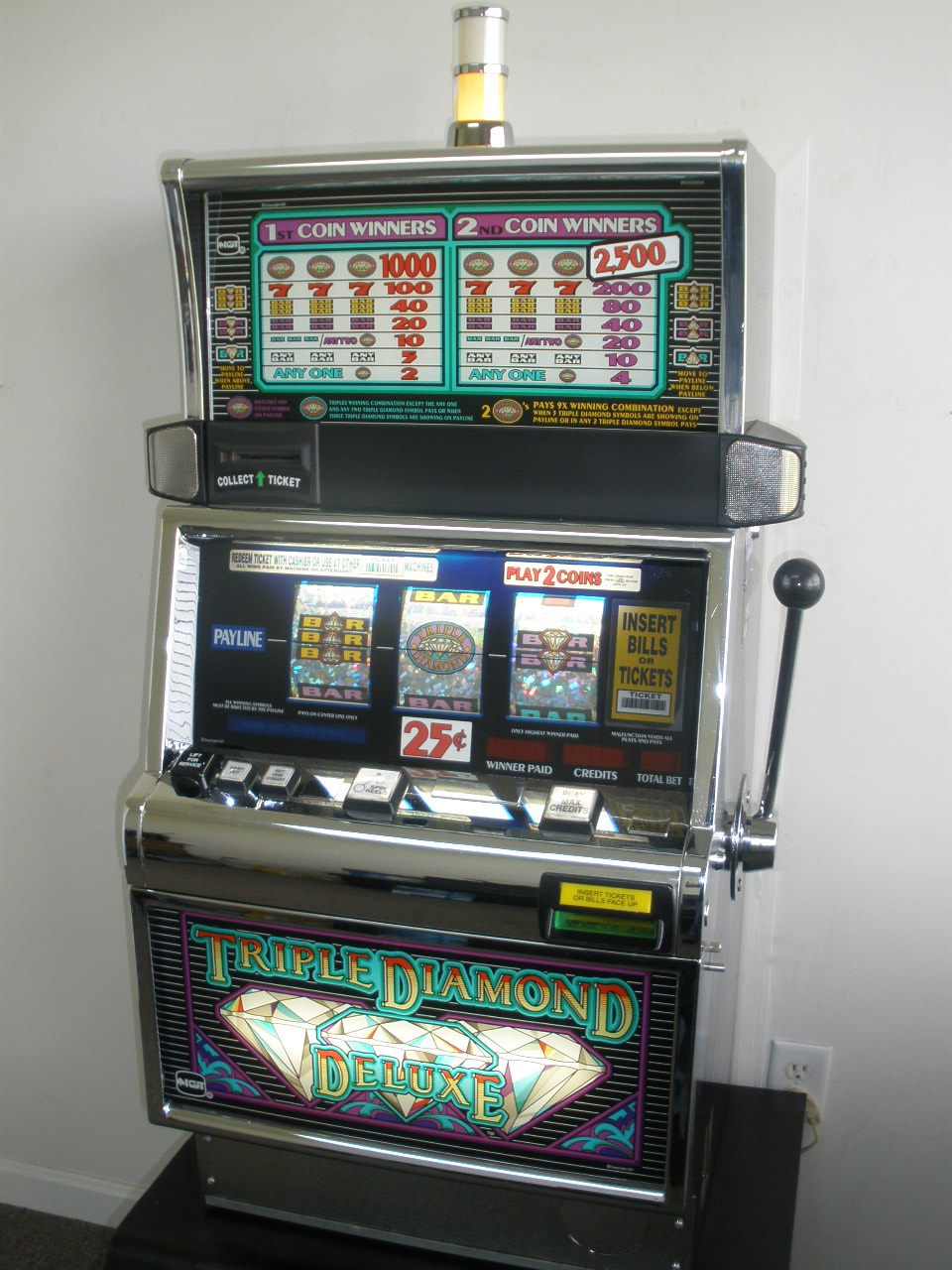 IGT TRIPLE DIAMOND DELUXE S2000 SLOT MACHINE - FLAT TOP