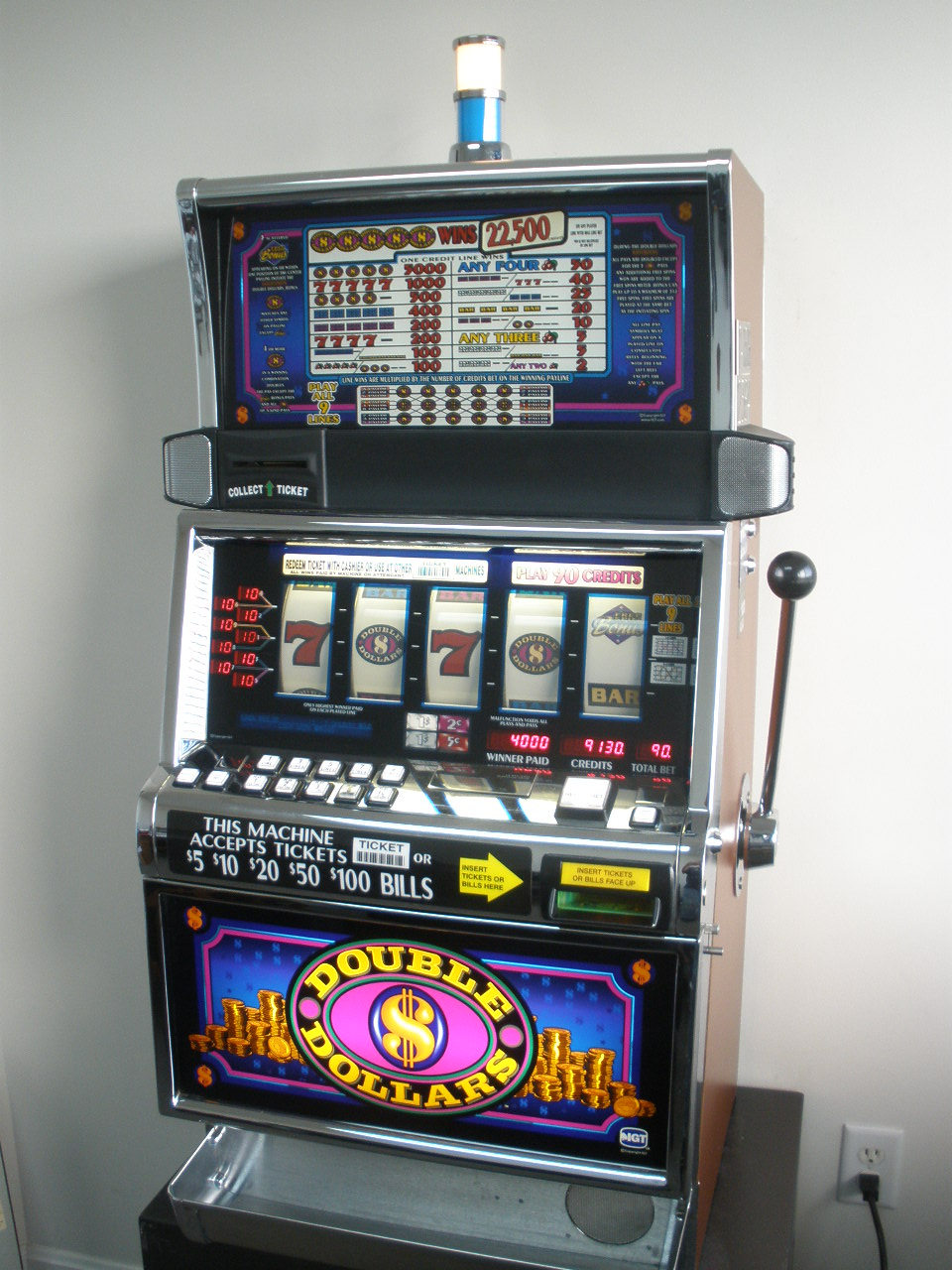 IGT DOUBLE DOLLARS FIVE REEL SLOT MACHINE WITH FREE SPIN