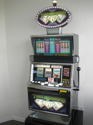 IGT TRIPLE DIAMOND S2000 SLOT MACHINE WITH QUARTER COIN HANDLING - THREE COIN AND LIGHTED TOPPER